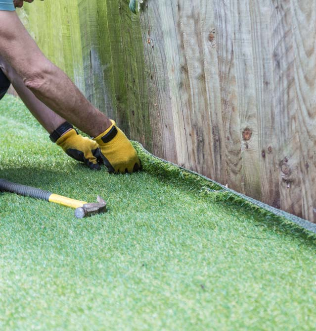 La fixation n'est pas obligatoire pour les pelouses synthétiques